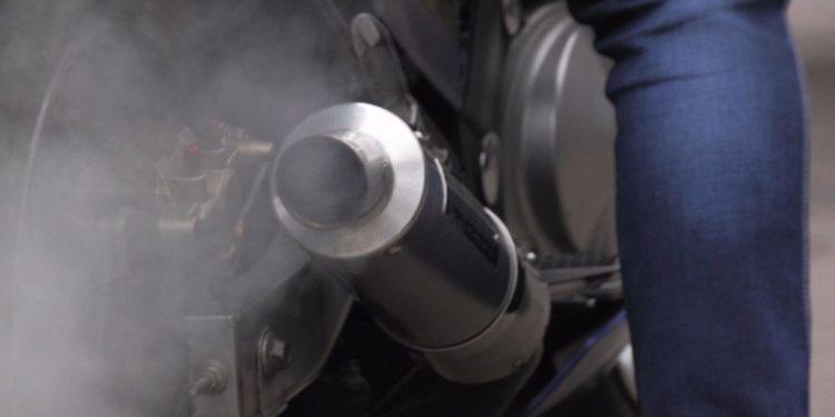 O que fazer fumaça preta na moto