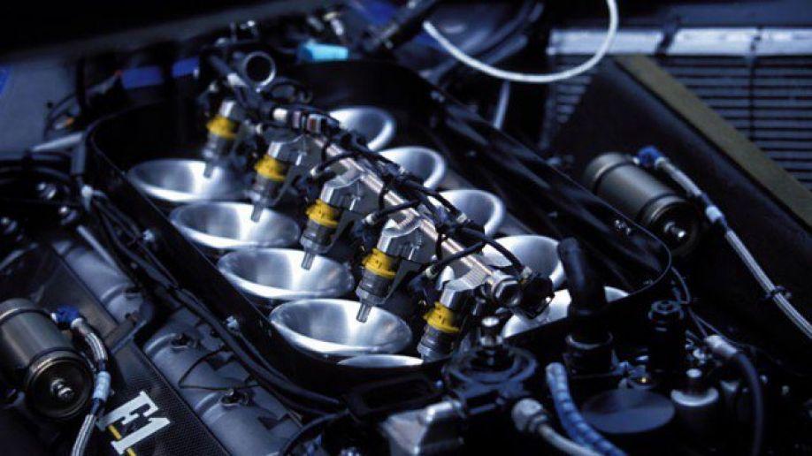 Imagem mostra o sistema de injeção eletrônica no motor de um carro