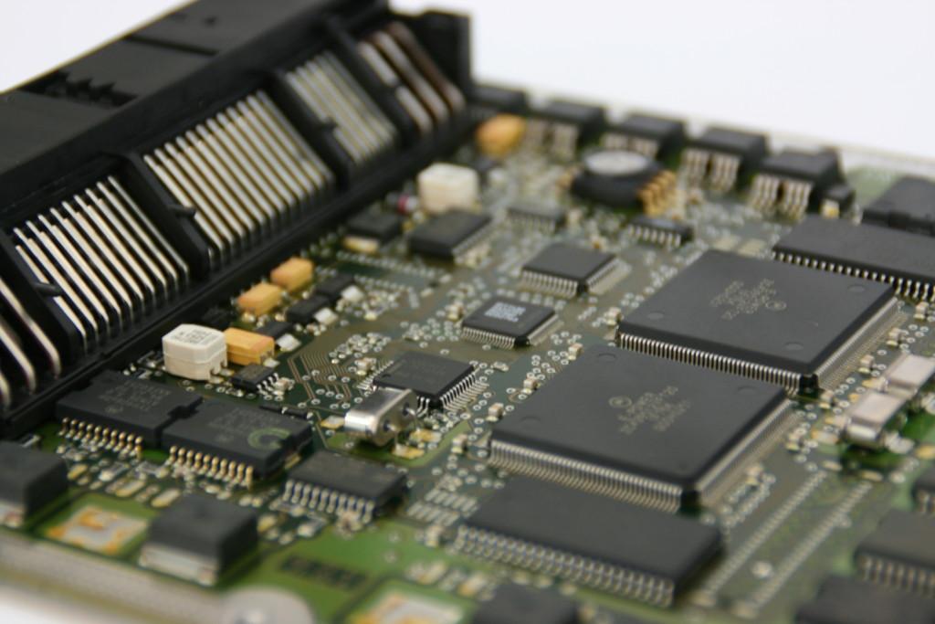 ECM em veículos de injeção eletrônica.