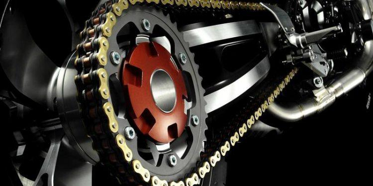 Saiba da importância de lubrificar e limpara a corrente da moto.