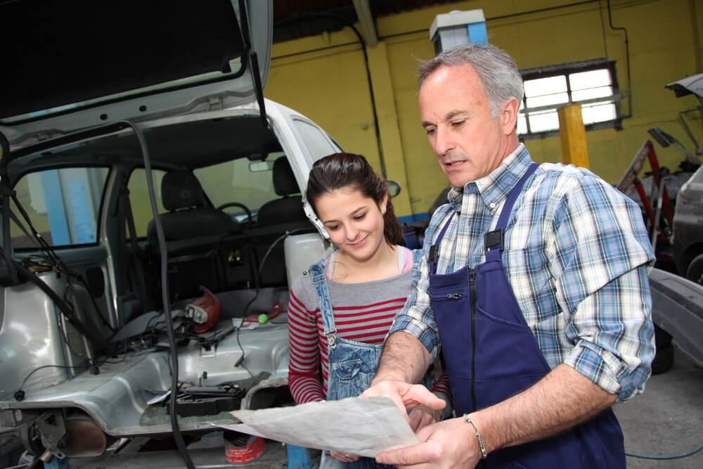 Qual é a importância da capacitação de mecânicos em oficinas?