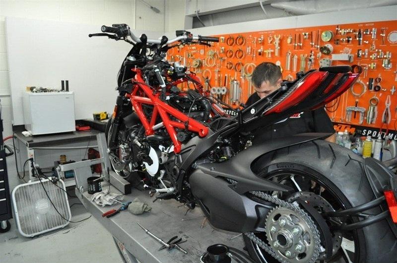 Equipamentos analógicos e digitais na oficina de motos