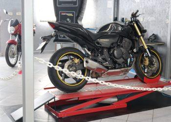 Como escolher um elevador de moto ideal para minha oficina?